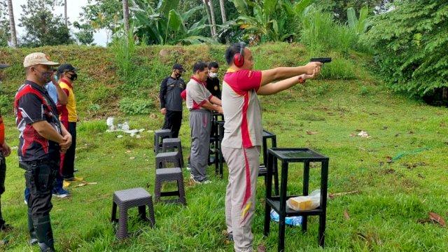 Saat kapolres membuka kegiatan dengan menembak sasaran latihan tembak.