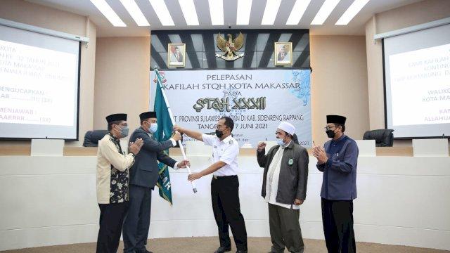 """Walikota Makassar Moh Ramdhan """"Danny"""" Pomanto melepas peserta Kafilah Seleksi Tilawatil Quran dan Hadits (STQH) ke -32 Kota Makassar di ruang Sipakatau Kantor Balaikota Makassar. Rabu (2/6/2021)."""