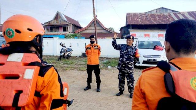 Prajurit TNI AL Posmat Lampia Lantamal VI SAR Kapal Nelayan Tengelam di Danau Towoti