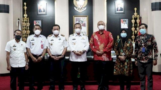 Trotoar.id, Belopa -- Bupati Luwu, H Basmin Mattayang, menerima kunjungan Kepala Komisi Pengawas Persaingan Usaha (KPPU) Kanwil VI Makassar, Hilman Pujana, di ruang kerjanya kompleks perkantoran Bupati Luwu, Kamis (17/6/2021)