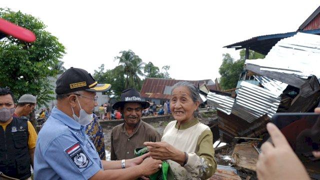 Saat Bupati menemui warganya yang terdampak banjir, Kamis (8/7).