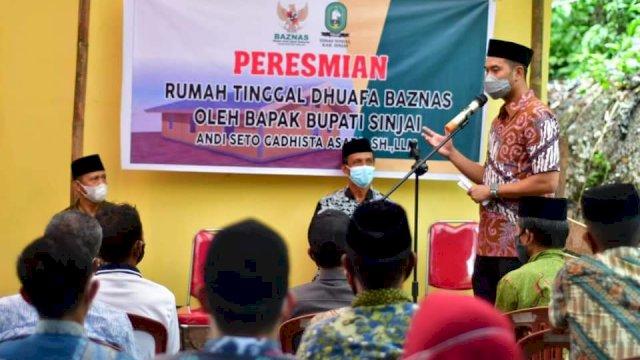 Saat Bupati ASA meresmikan rumah baru korban longsor di Sinjai Tengah, Jumat (9/7).