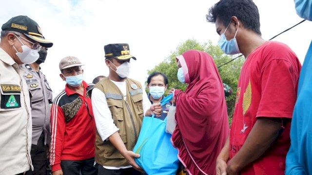 Pelaksana Tugas Gubernur Sulawesi Selatan (Sulsel), Andi Sudirman Sulaiman, membawa bantuan untuk korban terdampak banjir bandang di Kabupaten Jeneponto, Jum'at, 9 Juli 2021.