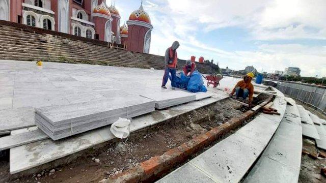 Pekerja sedang Melakukan Pemasangan Tegel Tangga Masjid 99 Kubah