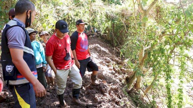 Bupati Bantaeng, DR Ilham Azikin bergabung bersama sejumlah petani di Kecamatan Bissappu untuk melakukan kerja bakti di Panaikang, Kecamatan Bissappu, Sabtu, 10 Juni 2021.