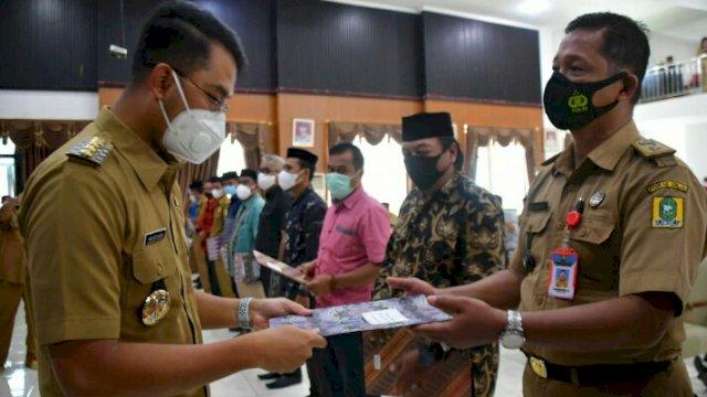 Bupati ASA menyerahkan SK Penunjukan kepala desa sementara Di Kantor Bupati Sinjai, (3/7).