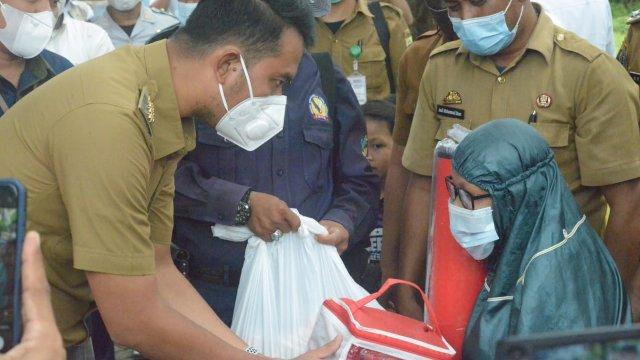 Bupati ASA serahkan bantuan ke warga.