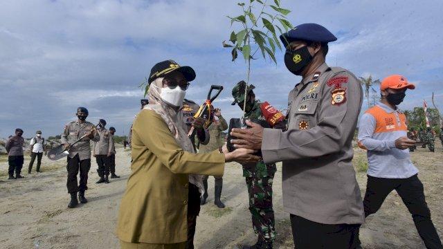 Bupati Luwu Utara Pagi menyerahkan 3.110 bibit pohon ditanam