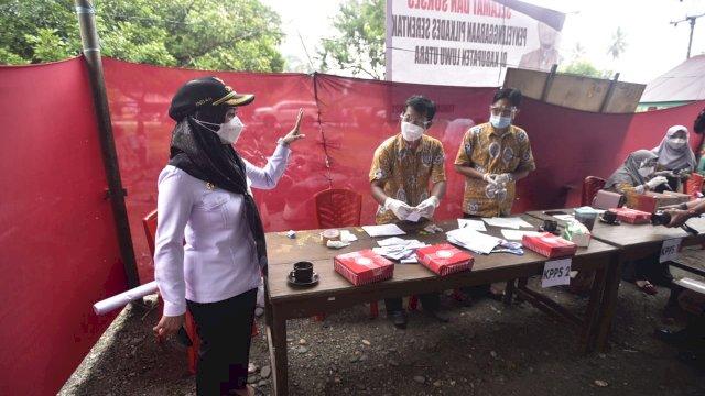 Bupati Luwu Utara didampingi beberapa pimpinan perangkat daerah melakukan kegiatan monitoring Pemilihan Kepala Desa (Pilkades) serentak di 3 Desa.