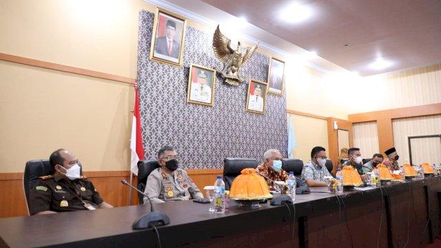Pemerintah Kabupaten Bantaeng melakukan rapat koordinasi dengan pimpinan Forkopimda, tokoh agama dan organisasi keagamaan di Bantaeng. Rapat koordinasi yang digelar di ruang pola kantor bupati, Kamis, 15 Juli 2021 ini digelar dalam rangka persiapan hari raya Idul Adha.