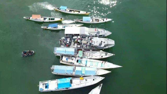 Di Perairan Makassar Di Atas Kapal Perang Serbuan Vaksin TNI AL diserbu Nelayan