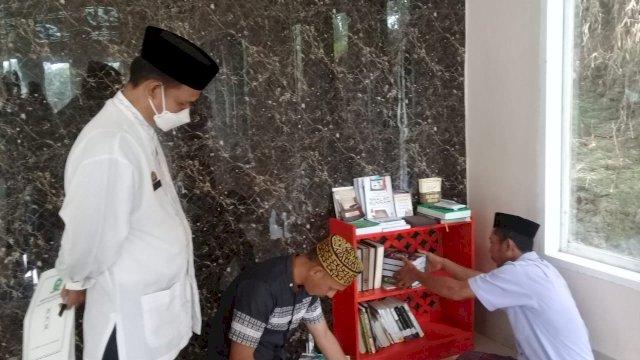 Kadis Perpustakaan dan Kearsipan Sinjai Berbagi Buku ke Pegiat Literasi Masjid