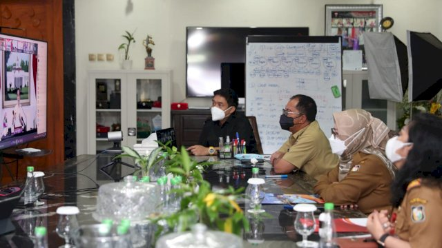 Wali Kota Makassar, Moh. Ramdhan 'Danny' Pomanto mengikuti virtual bersama Presiden RI, Joko Widodo, Senin (19/7/21).