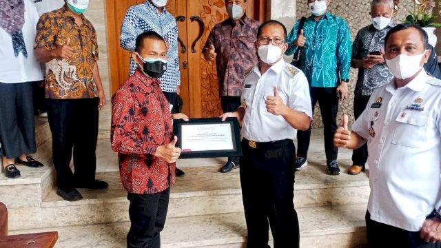 Wali Kota Makassar Mohammad Ramdhan Danny Pomanto Menerima Bantuan Masker Dari PT Pertamina