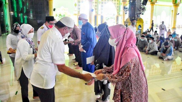 Bupati Bulukumba Andi Muchtar Ali Yusuf Menyerahkan Bantuan Kepada 137 Guru Mengaji dan Imam Masjid