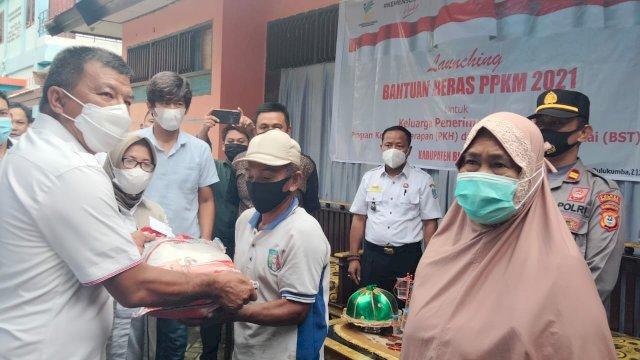 Usai menyerahkan bantuan kepada guru mengaji dan imam masjid se Kecamatan Ujungbulu, Bupati dan Wakil Bulukumba bergeser ke Kantor Kelurahan Terang-Terang