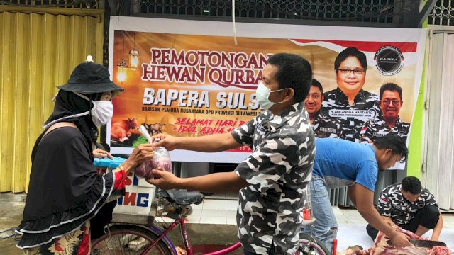 Sekretaris DPD Bapera Sulsel Nasruddin Upel Menyerahkan Daging Hewan Qurban Kepada Warga