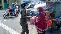 Satuan Polisi Pamong Praja Pemkot Makassar Bagikan Paket Bahan Pokok Kepada Pedagang Kaki Lima