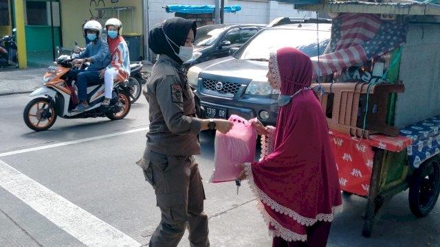 Satuan Polisi Pamong Praja (Satpol PP) Kota Makassar mendistribusikan paket bahan pokok bagi warga yang berdampak pada perekonomiannya akibat pandemi Covid 19.