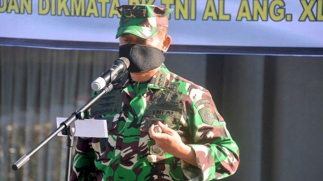 Komandan Satuan Pendidikan-2 (Dansatdik-2) Makassar Kolonel Marinir Hendro Suwito menjadi Inspektur Upacara dalam upacara Penutupan Pendidikan Dasar Keprajuritan (Diksarit) Chandradimuka dan dilanjutkan upacara Pembukaan Dasar Golongan (Sargol) Siswa Dikmaba dan Dikmata PK TNI AL Angk.XLI TA.2021 yang berlangsung di depan gedung Sultan Hasanuddin Lantamal VI Makassar, Kamis (29/07/2021).