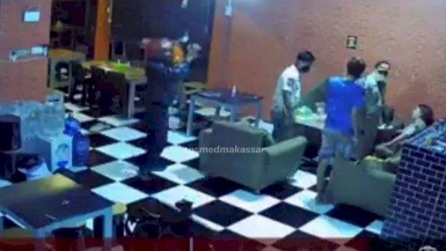 Oknum Satpol PP pukul pemilik cafe di Kabupaten Gowa. (SC).