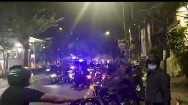 Saat 50-an Paspampres mendatangi Markas Polres Jakarta Barat usai salah satu anggota Paspamres 'didorong-dorong' oleh oknum polisi berpakaian preman di pos penyekatan PPKM, kemarin.