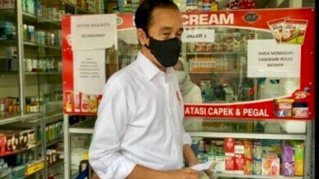 Presiden Joko Widodo saat blusukan ke salah satu Apotek di Bogor, Jumat (23/7). [Ist]