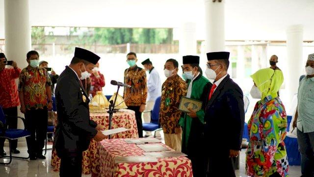 Bupati Bulukumba Muchtar Ali Yusuf mengambil sumpah dan melantik Direktur Perusahaan Daerah Air Minum (PDAM) Kabupaten Bulukumba, Andi Nurjaya.