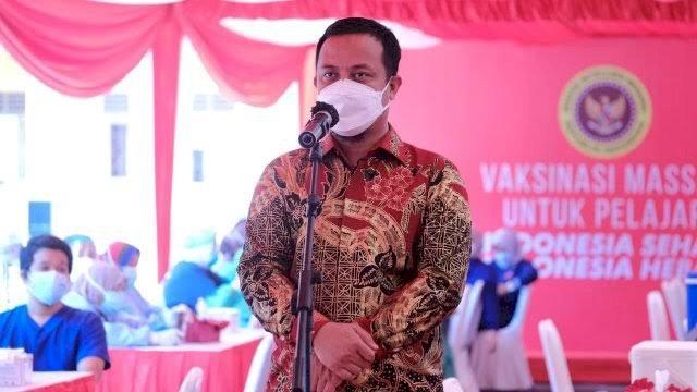 Pelaksana Tugas Gubernur Sulawesi Selatan, Andi Sudirman Sulaiman meninjau langsung pelaksanaan Vaksinasi Massal untuk Pelajar yang berlangsung di SMKN 10 Makassar, Jalan Bonto Manai, Rabu (14/7/2021).