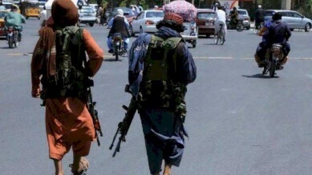 Pasukan Taliban berpatroli di sebuah jalan di Herat, Afghanistan 14 Agustus 2021. REUTERS/Stringer