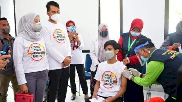 Bupati ASA bersama istrinya memantau jalannya vaksinasi massal di Sinjai.