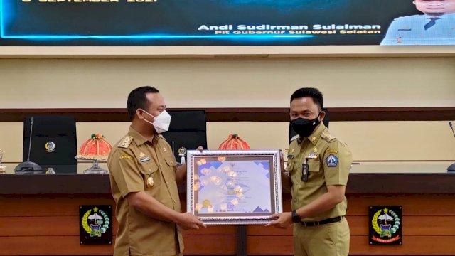 Bupati Bantaeng, DR Ilham Azikin didampingi sejumlah Kepala OPD menghadiri Penyerahan Piagam Penghargaan Top 30 Kompetisi Inovasi Pelayanan Publik Tahun 2021. Apresiasi untuk Kabupaten dan Kota Inovatif itu digelar di Ruang Rapat Pimpinan Kantor Gubernur Sulsel, Makassar 6 September 2021.