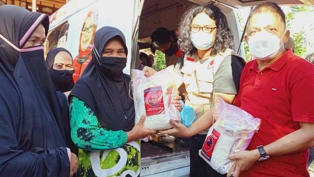 Baguna PDIP Sulsel Salurkan Ratusan Paket Sembako untuk Korban Banjir Bandang di Wajo