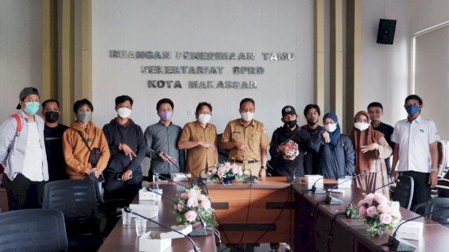 Saat Plt Sekwan DPRD Makassar mengajak para wartawan post DPRD Makassar untuk berfoto, Selasa (7/9).