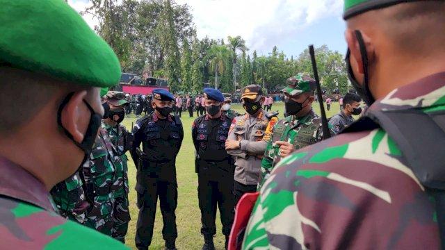 Danyon Brimob Bone Bantu Evakuasi Mobil Pickup Terjebak Lumpur, Saat Tinjau Pos Pam Kunjungan RI 1
