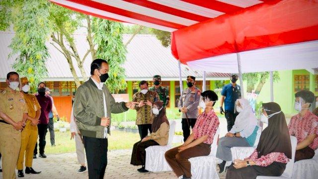 Presiden Joko Widodo didampingi Ibu Negara Iriana Joko Widodo mengawali kunjungan kerjanya di Provinsi Sulawesi Selatan dengan meninjau kegiatan vaksinasi bagi pelajar yang digelar di SMA Negeri 3 Wajo, Kabupaten Wajo, pada Kamis, 9 September 2021.