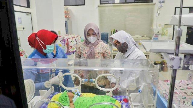 Wawali Kota Makassar bersama Istri Danny Pomanto Jenguk Bayi Laki-Laki yang Ditemukan di Dekat Lampu Merah Bajiminasa