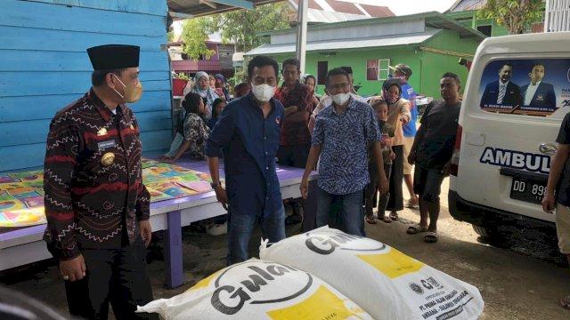 Kader DPD NasDem Wajo, Sulsel, langsung menyalurkan bantuan darurat ke warga yang rumahnya rusak akibat angin puting beliung di Desa Botto, Kecamatan Takkalalla, Jumat (16/9/21).