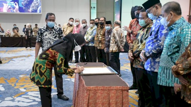 Bupati Luwu Utara, Indah Putri Indriani, dikukuhkan menjadi salah satu Anggota Dewan Pembina Asosiasi Auditor Intern Pemerintah Indonesia (AAIPI) Periode 2021-2024.