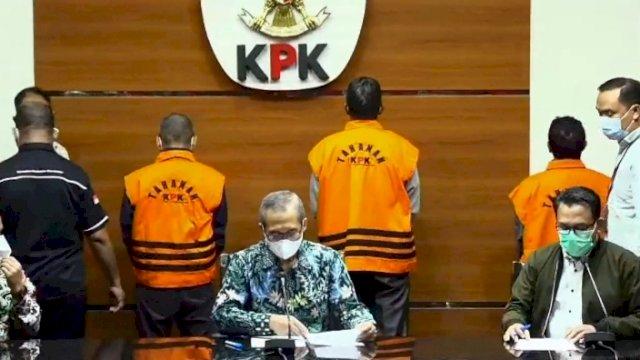 Tiga orang yang telah ditetapkan tersangka, momen ini saat KPK melakukan konferensi pers. Kamis (16/9) malam.