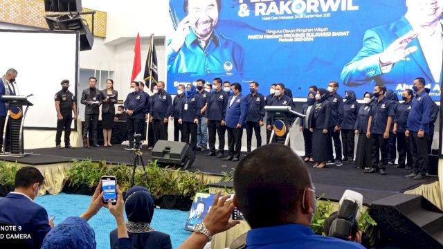 Mantan Gubernur Sulawesi Barat Anwar Adnan Saleh beserta Istri Enny Anggraeni Anwar dilantik sebagai ketua dan Pengurus DPW Nasdem Sulawesi Barat