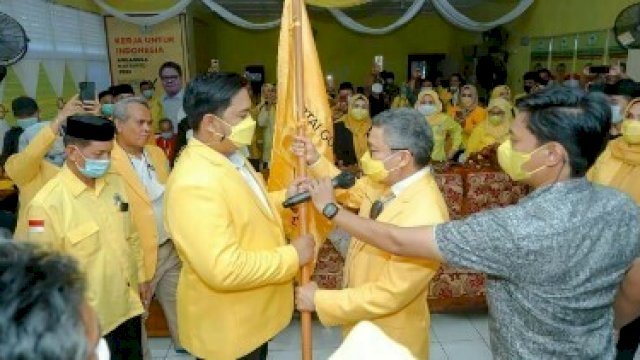 Penyerahan bendera dari Ketua DPD I Golkar Sulsel kepada ketua Golkar Barru terpilih Mudassir Hasri Gani, Selasa (7/9).
