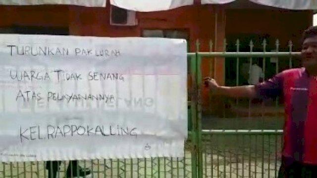 Saat warga menyegel kantor lurah Rappokalling, Tallo, Makassar, Rabu (15/9). / Tangkapan Layar.