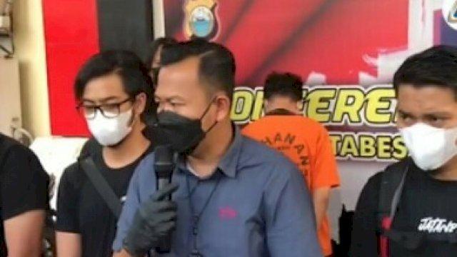 Saat Kasat Reskrim Polrestabes Makassar menggelar konferensi pers terkait penangkapan dua oknum pegawai kontrak Pemkot Makasaar yang curi barang-barang di Balai Kota, Kamis (16/9).