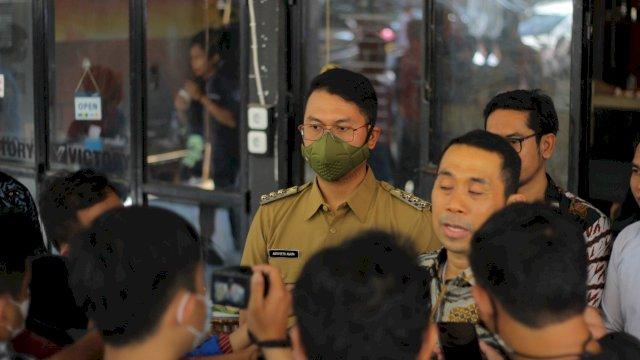 Kamrussamad saat diwawancarai oleh Wartawan dengan didampingi oleh Bupati Sinjai, Andi Seto Asapa.