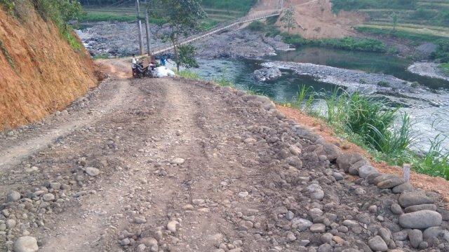 Tampak pembangunan jalan penghubung Desa Turungan Baji - Terasa. (dok: Sym/trotoar)