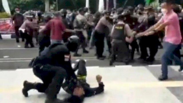 Polisi 'Smackdown' Pendemo di Depan Kantor Bupati Tangerang, Kini Proses Propam